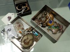 THREE 9ct GOLD DRESS RINGS AN EDWARDIAN GOLD PENDANT, SILVER AND ENAMEL JEWELLERY, COSTUME PIECES