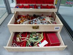 A VINTAGE JEWELLERY BOX AND CONTENTS.