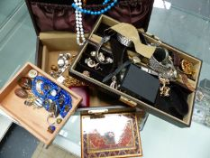THE CONTENTS OF A VINTAGE JEWELLERY BOX TO INCLUDE SILVER EARRINGS, A QUANTITY OF WRIST WATCHES,