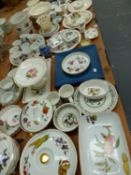 A LARGE QTY OF CHINAWARES TO INCLUDE WORCESTER EVESHAM, PORTMEIRION, WEDGEWOOD, MASON'S IRONSTONE,