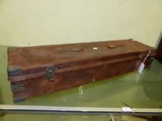 AN ANTIQUE OAK AND LEATHER GUNCASE WITH BRASS CORNER MOUNTS AND FITTED LIFT OUT TRAY INTERIOR. 89