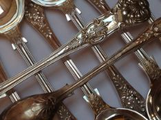 A QUANTITY OF SILVER HALLMARKED AND PLATED CUTLERY TO INCLUDE KINGS AND QUEEN PATTERN, GROSS