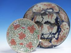 AN EARLY JAPANESE IMARI DISH PAINTED CENTRALLY WITH WISTERIA. Dia 32cms. AND A CHINESE