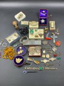 THE CONTENTS OF A VINTAGE JEWELLERY BOX TO INCLUDE A VARIETY OF GOLD, SILVER AND COSTUME PIECES.