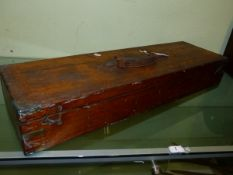 A 19th.C.OAK AND BRASS BOUND DOUBLE GUN CASE WITH RING HANDLE TO TOP, INTERIOR RETAINING PARTIAL