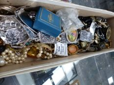 A QUANTITY OF VINATGE JEWELLERY TO INCLUDE COSTUME AND SILVER EXAMPLES.