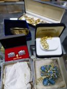 A SELECTION OF VINTAGE COSTUME JEWELLERY AND SILVER JEWELLERY.