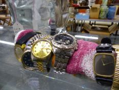 A QUANTITY OF LADIES AND GENTS WRIST WATCHES.
