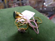 A QUANTITY OF GOLD AND GEMSET RINGS, ETC TO INCLUDE A BLOODSTONE 9ct SIGNET RING, A 9ct PEARL
