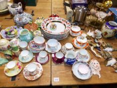 A QTY OF CABINET CUPS AND SAUCER TO INCLUDE WORCESTER AND VARIOUS DECORATIVE CHINAWARES.