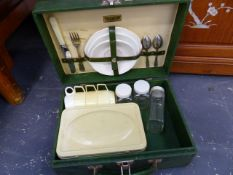 A RETRO PICNIC SET.