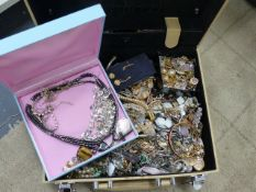A JEWELLERY BOX AND CONTENTS CONSISTINE OF A VARIETY OF COSTUME PIECES.
