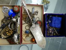 VINTAGE JEWELLERY AND COLLECTABLES TO INCLUDE SILVER EXAMPLES.