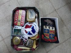 A QUANTITY OF COLLECTABLES TO INCLUDE RAF CAR BADGE, VINTAGE LIGHTERS, BLAZER BADGES, ETC.