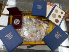 A QTY OF COINS TO INCLUDE A CANADIAN SILVER JUBILEE DOLLAR VARIOUS CROWNS AND DECIMAL COIN SETS.