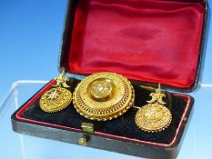 AN ANTIQUE ETRUSCAN REVIVAL GOLD AND PEARL SET SUITE, CONSISTING OF A PAIR OF ARTICULATED DROP