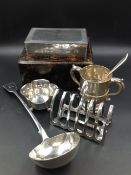 A CASED PAIR OF SILVER HALLMARKED SAUCE BOATS DATED 1937 FOR WILLIAM NEAL & SON LTD, TOGETHER WITH