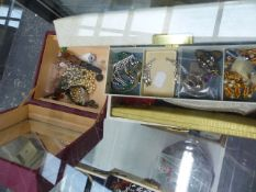 A COLLECTION OF GOOD QUALITY VINTAGE AND OTHER COSTUME JEWELLERY TO INCLUDE LOTUS PEARLS, COCKTAIL