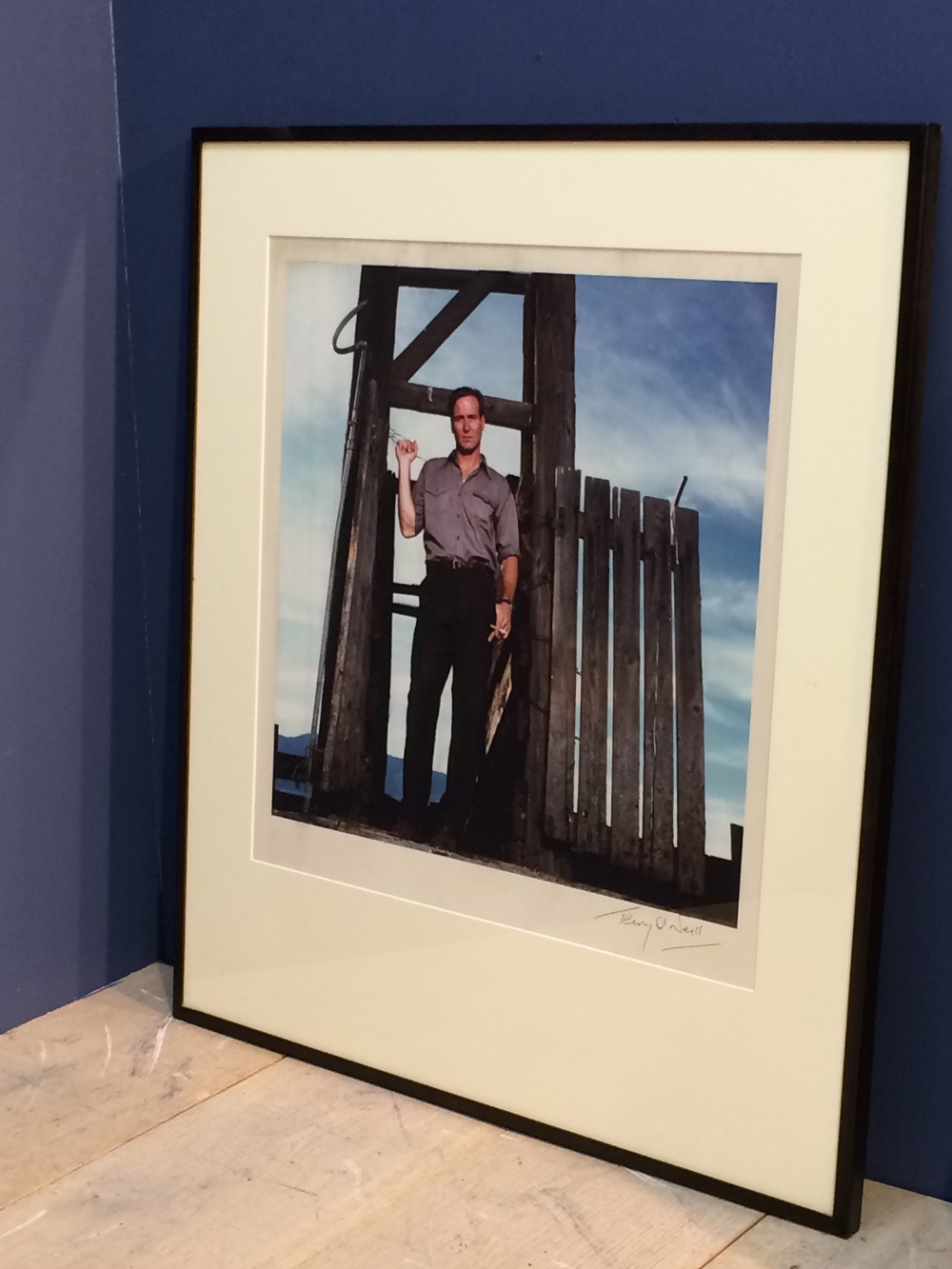 Lot 108 - William Hurt original signed photograph by Terry O'Neill