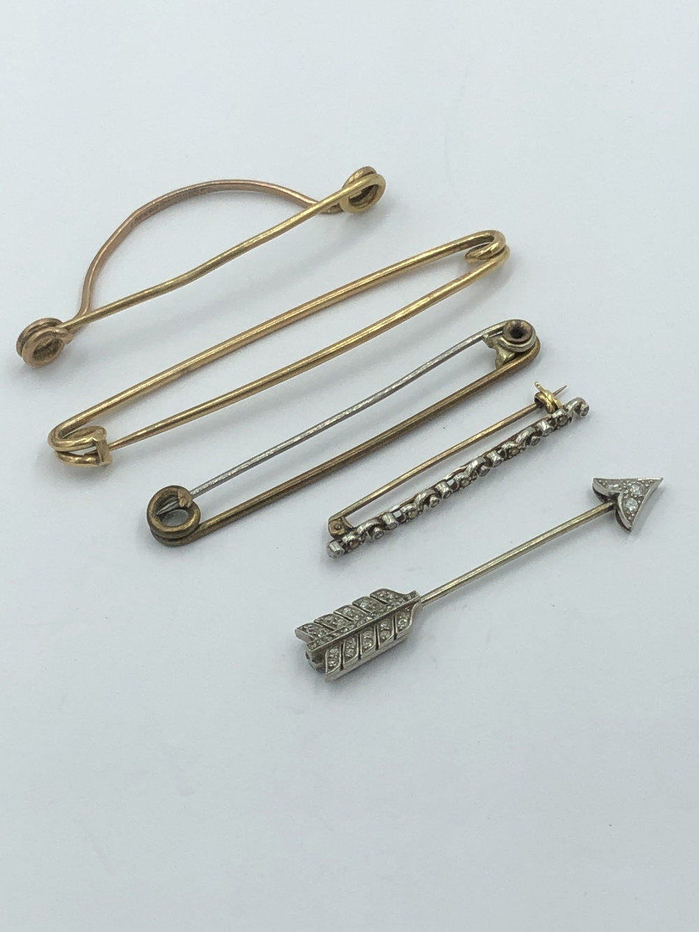 Lot 10 - NO ONLINE BIDDING LOTS 1-30. Unmarked white metal diamond set arrow brooch together