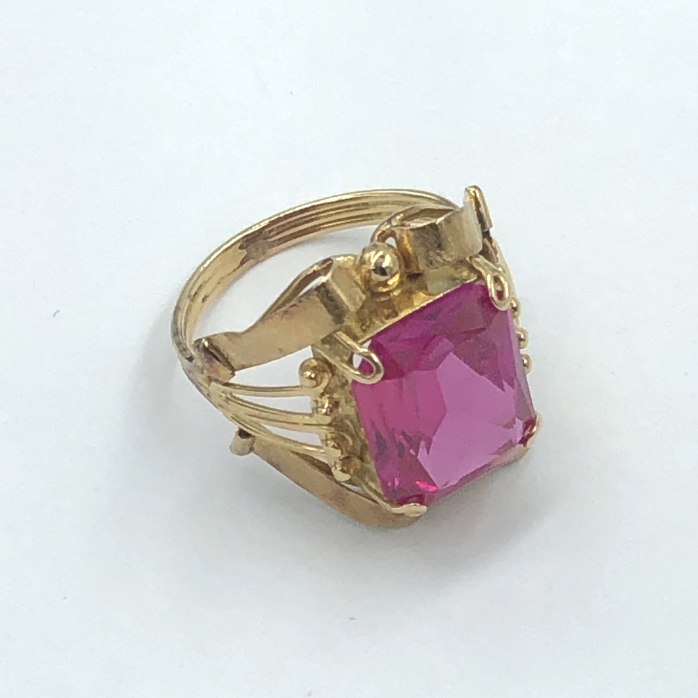 Lot 63 - Synthetic ruby ring to a yellow metal mount 5.2g