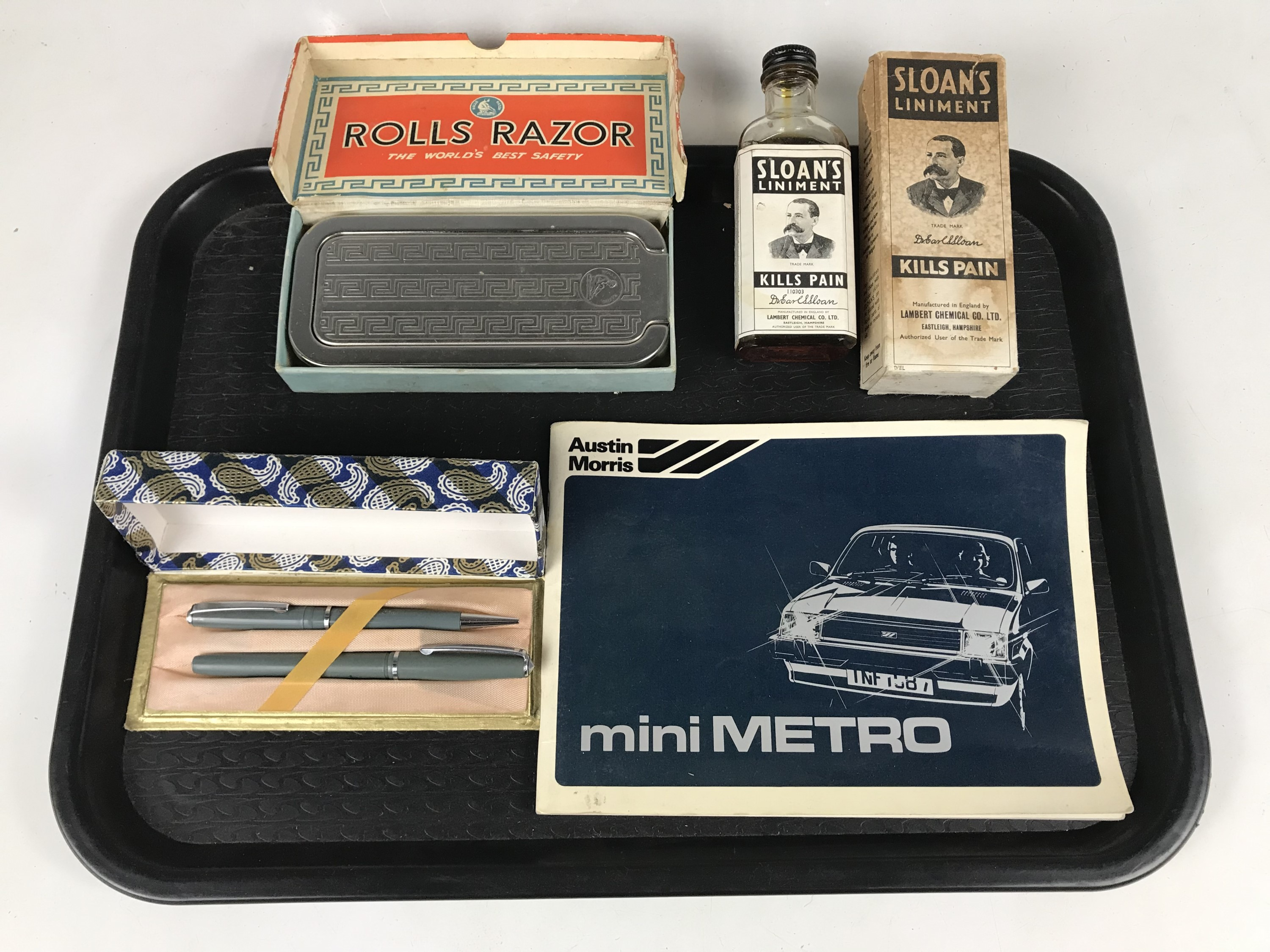 Lot 37 - Sundry collectors items including Rolls Razor together with a cased pen set etc