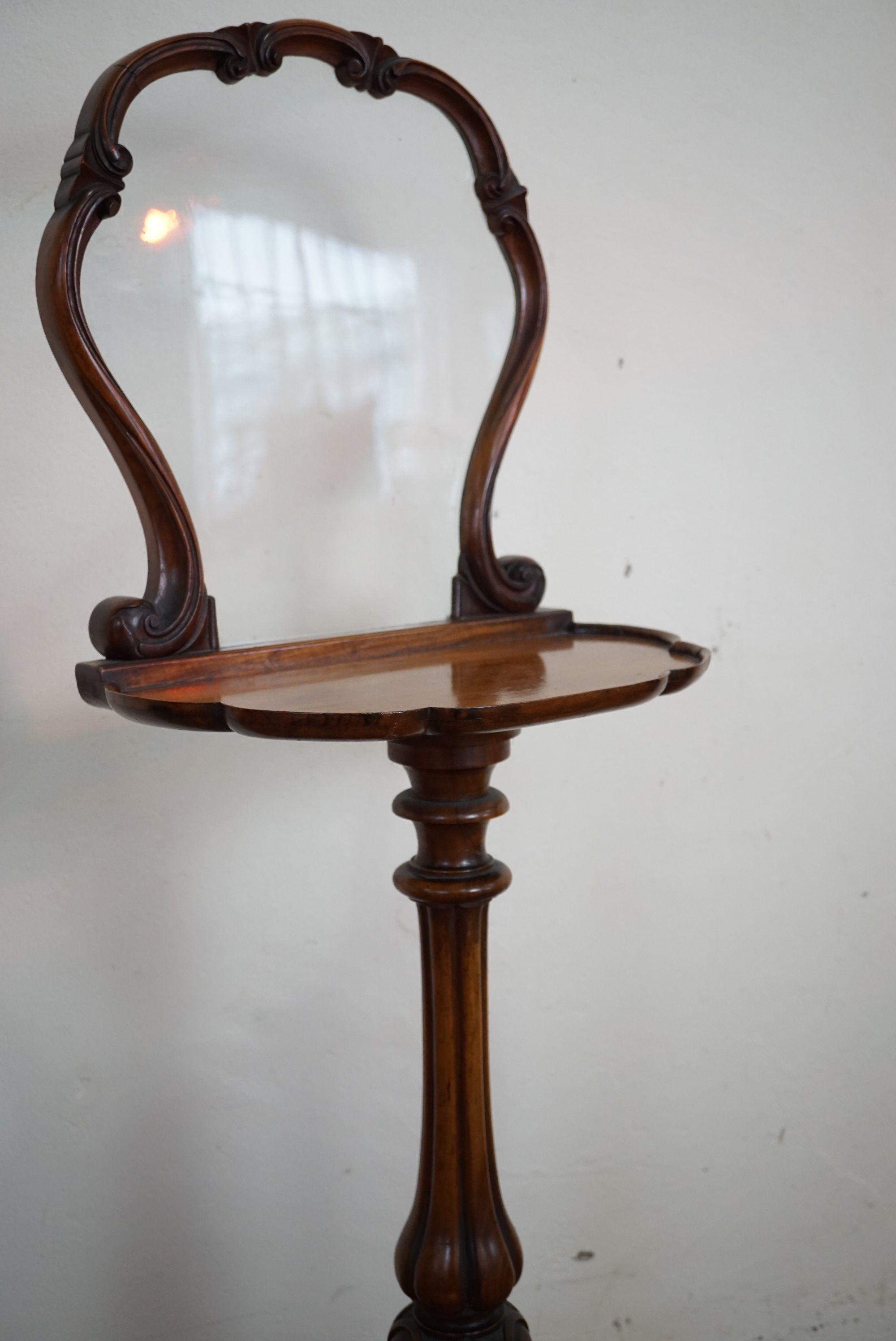 Lot 778 - A Victorian walnut tripod screen with shelf, 110 cm