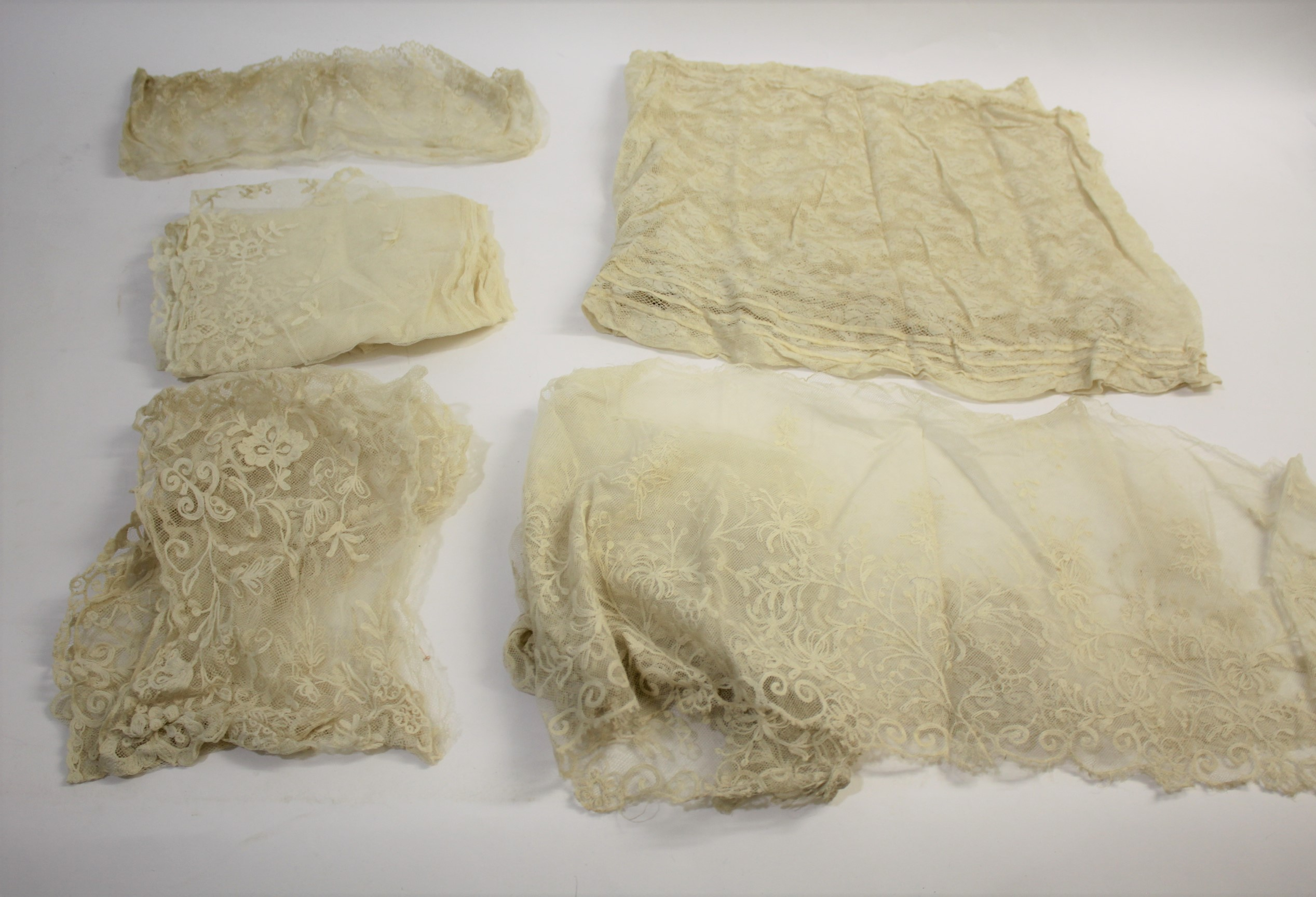 Lot 1899 - COLLECTION OF ANTIQUE LACE a collection of late 19th and early 20thc lace, including a blonde silk