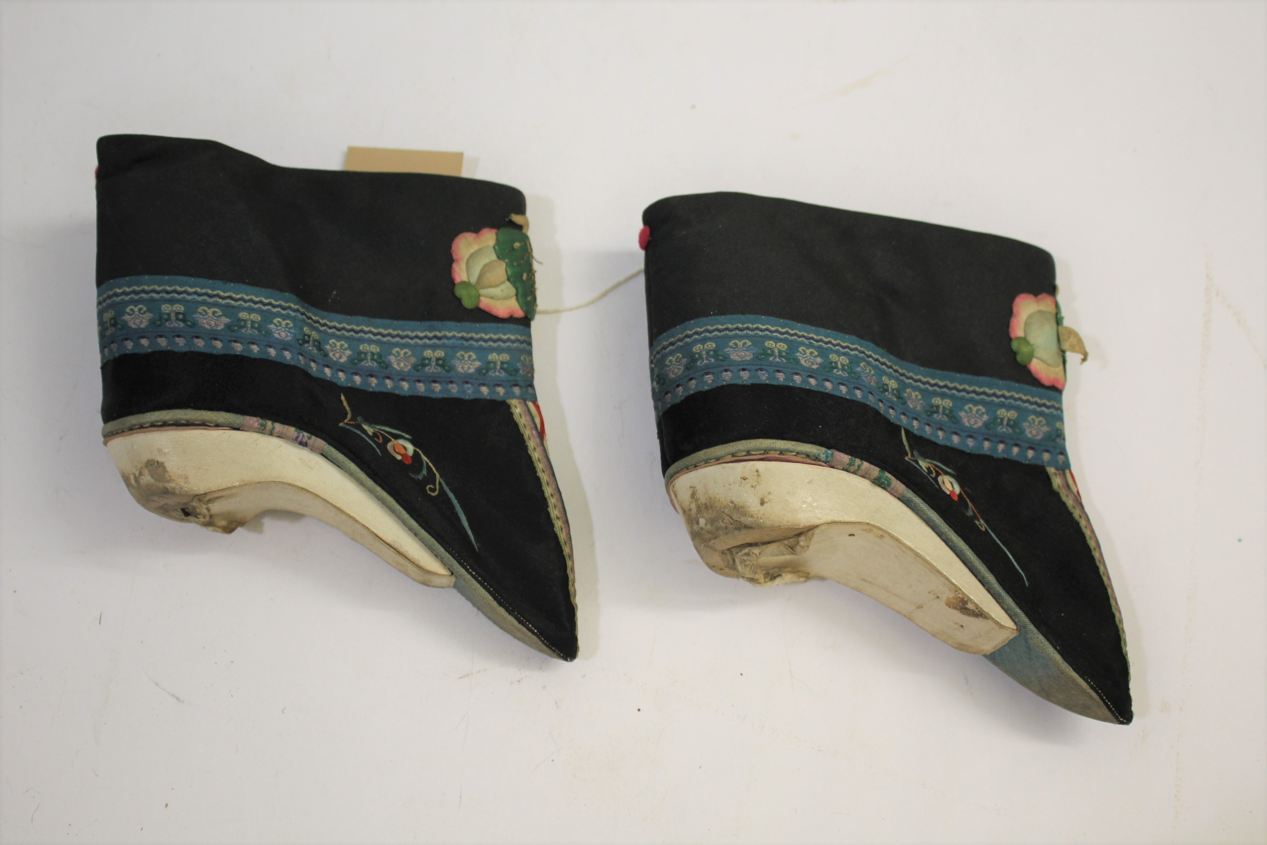 Lot 1883 - PAIR OF CHINESE EMBROIDERED SHOES a pair of late 19thc/early 20thc Chinese embroidered shoes,