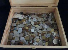 1 Holzkiste mit Münzen, alle Welt. Insgesamt ?????? kg. Aus Haushaltsauflösung, Fundgrube ?1