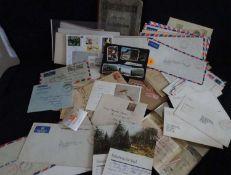 Kleines Restelos Philatelie, alle Welt, dabei Briefe-Karten, Tüten, etc. Im kleinen Karton.Small