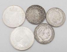 Niederlande 1961/73, Lot Silbermünzen, bestehend aus 3 x 2 1/2 Gulden (1961,1962,1966) und 2 x 10