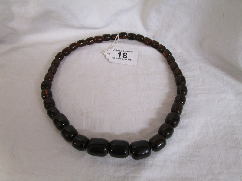 Lot 18 - Amber necklace