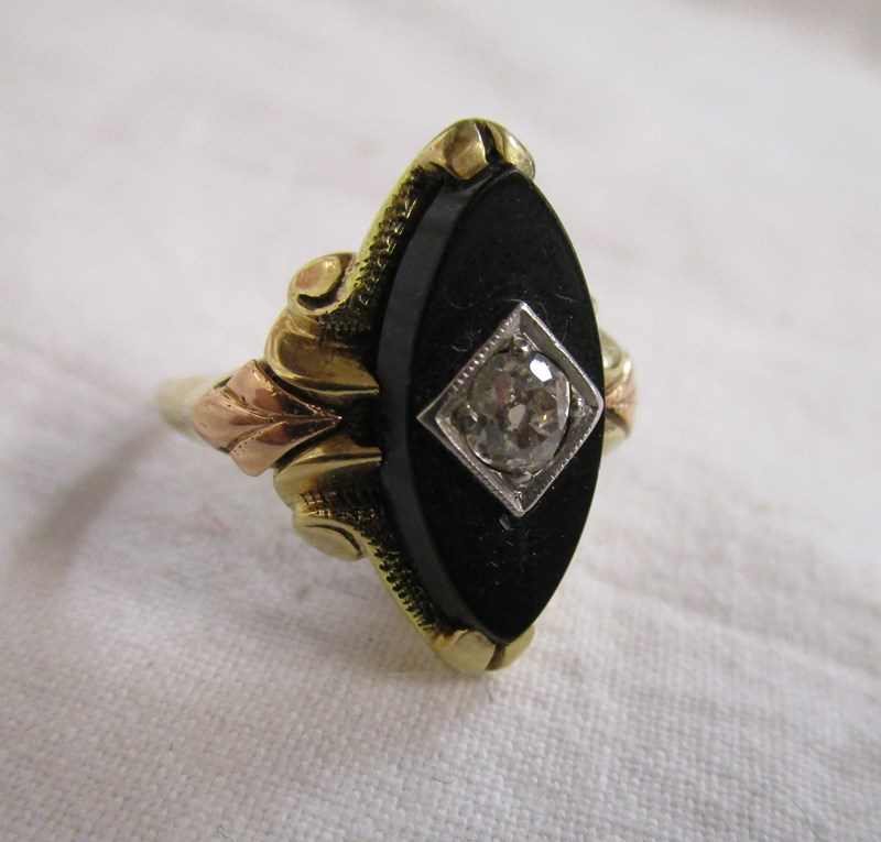 Lot 33 - Antique gold onyx & diamond set ring