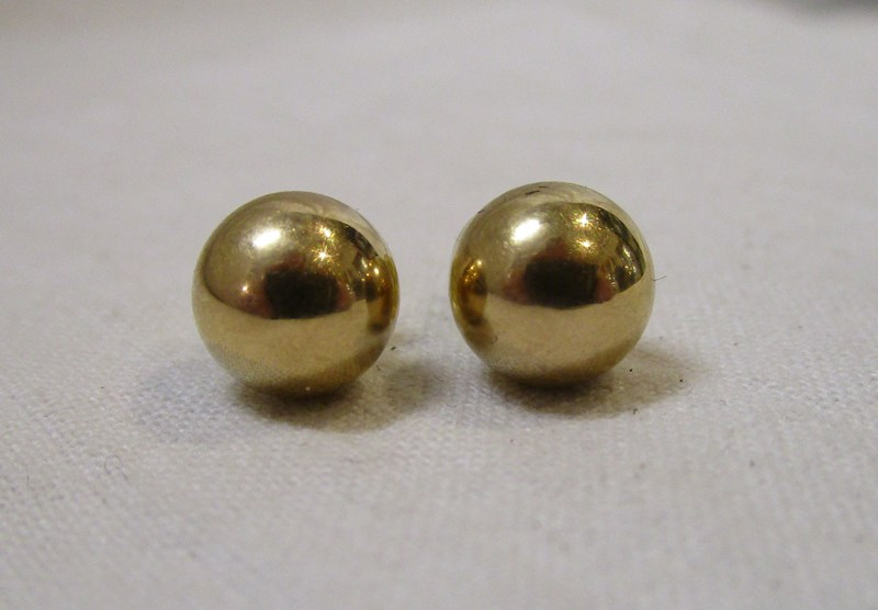 Lot 25 - Pair of gold ball earrings