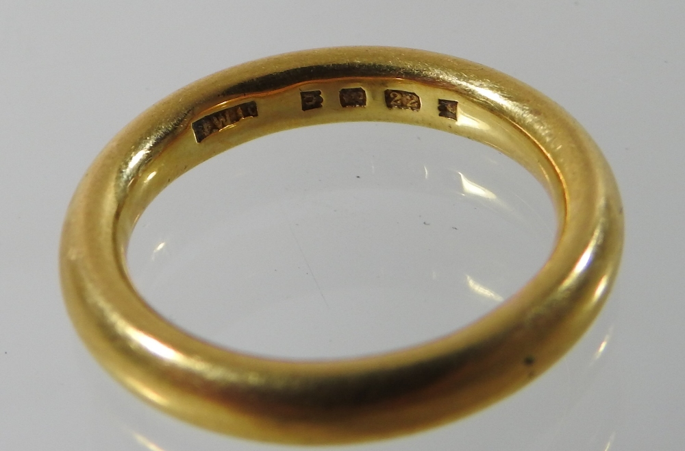 Lot 27 - A 22 carat gold wedding band,