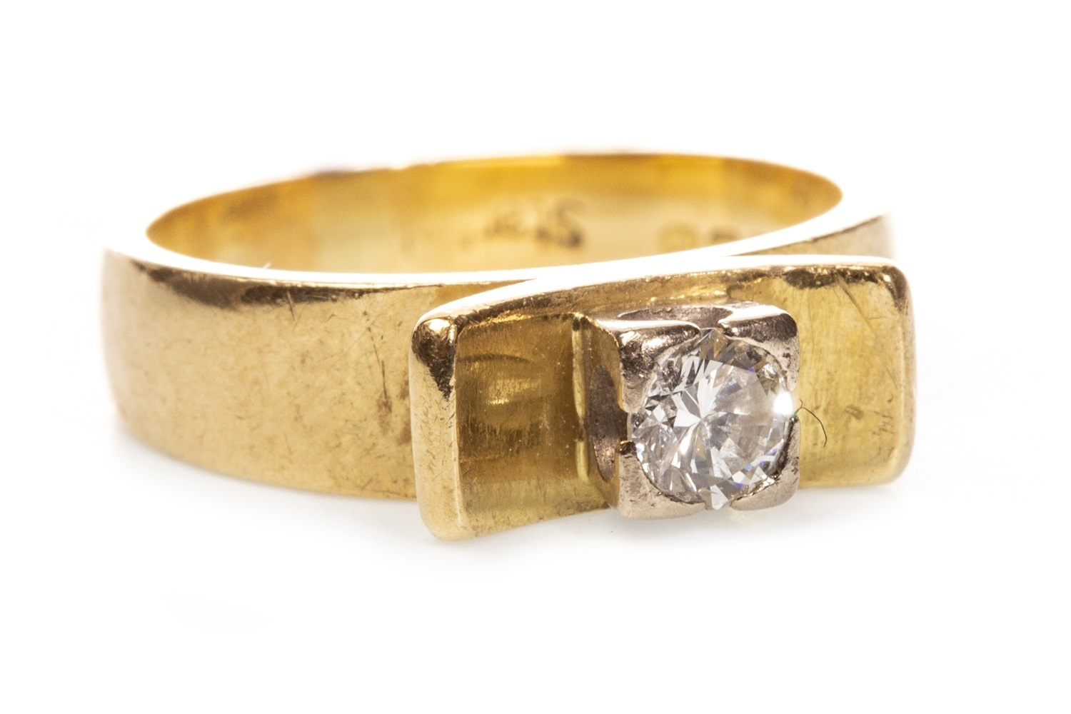 Lot 102 - A DIAMOND SOLITAIRE RING