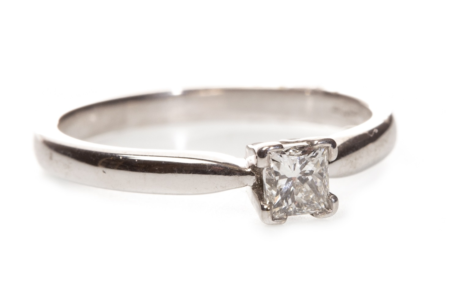Lot 114 - A DIAMOND SOLITAIRE RING