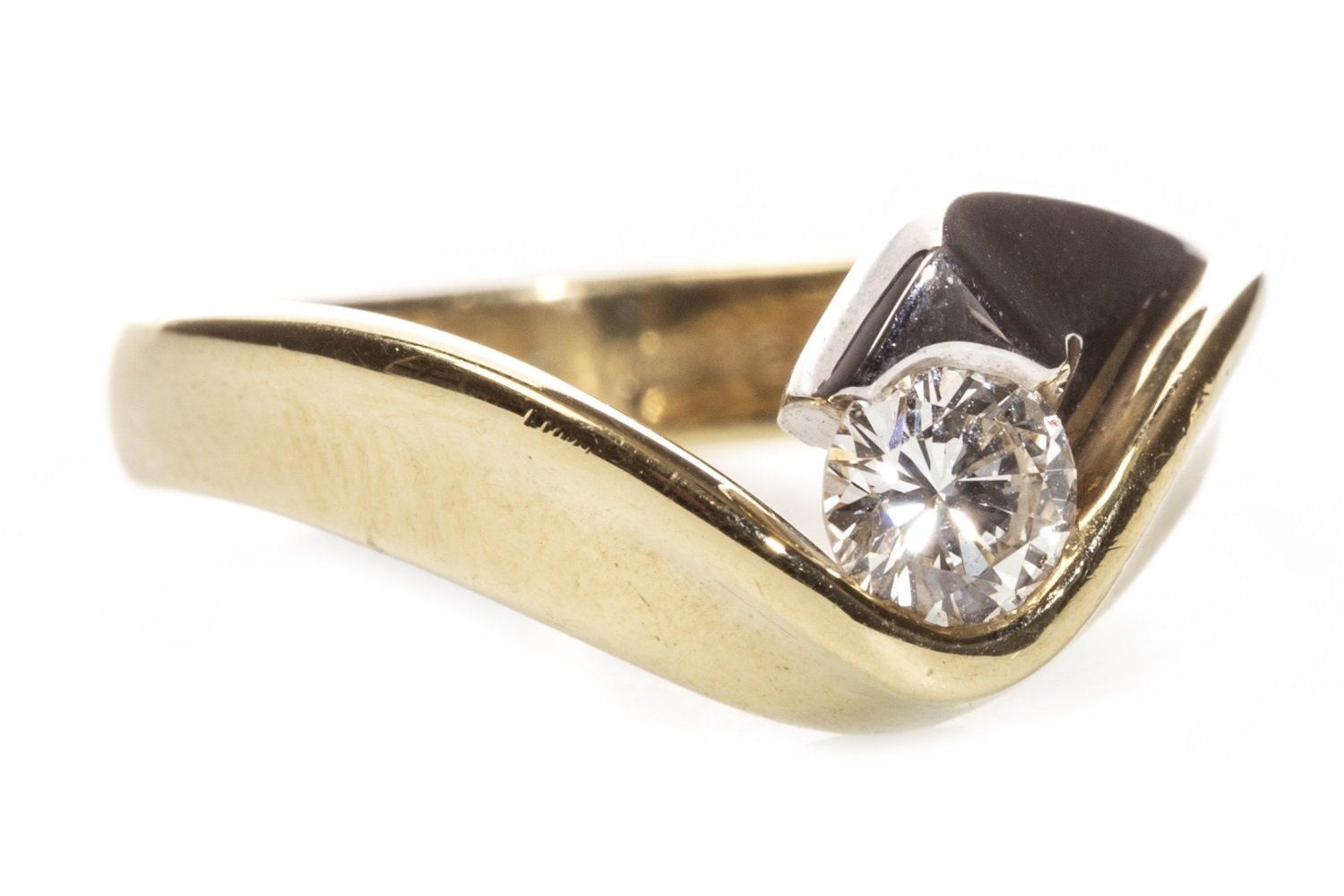Lot 60 - A DIAMOND SOLITAIRE RING