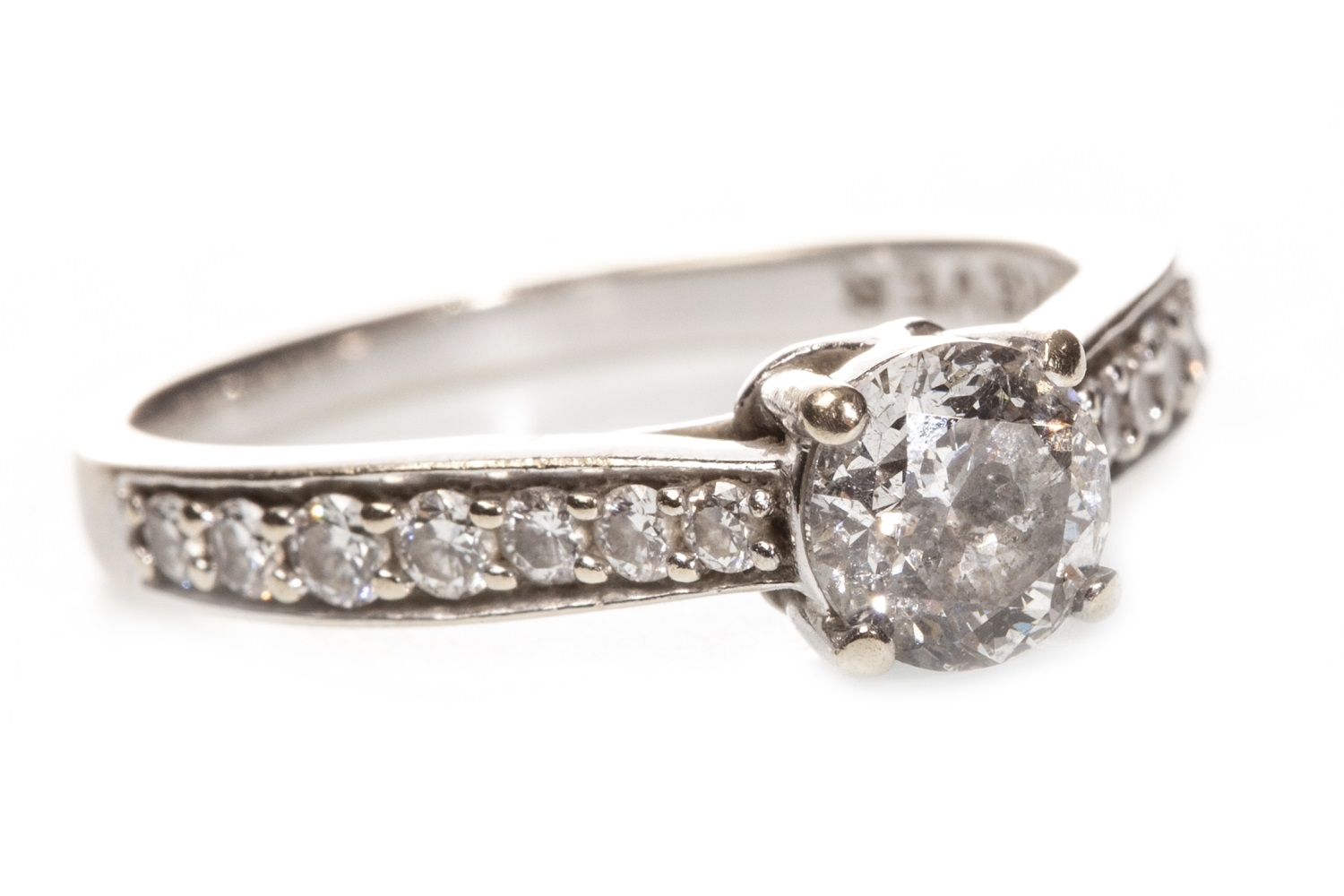 Lot 39 - A DIAMOND SOLITAIRE RING