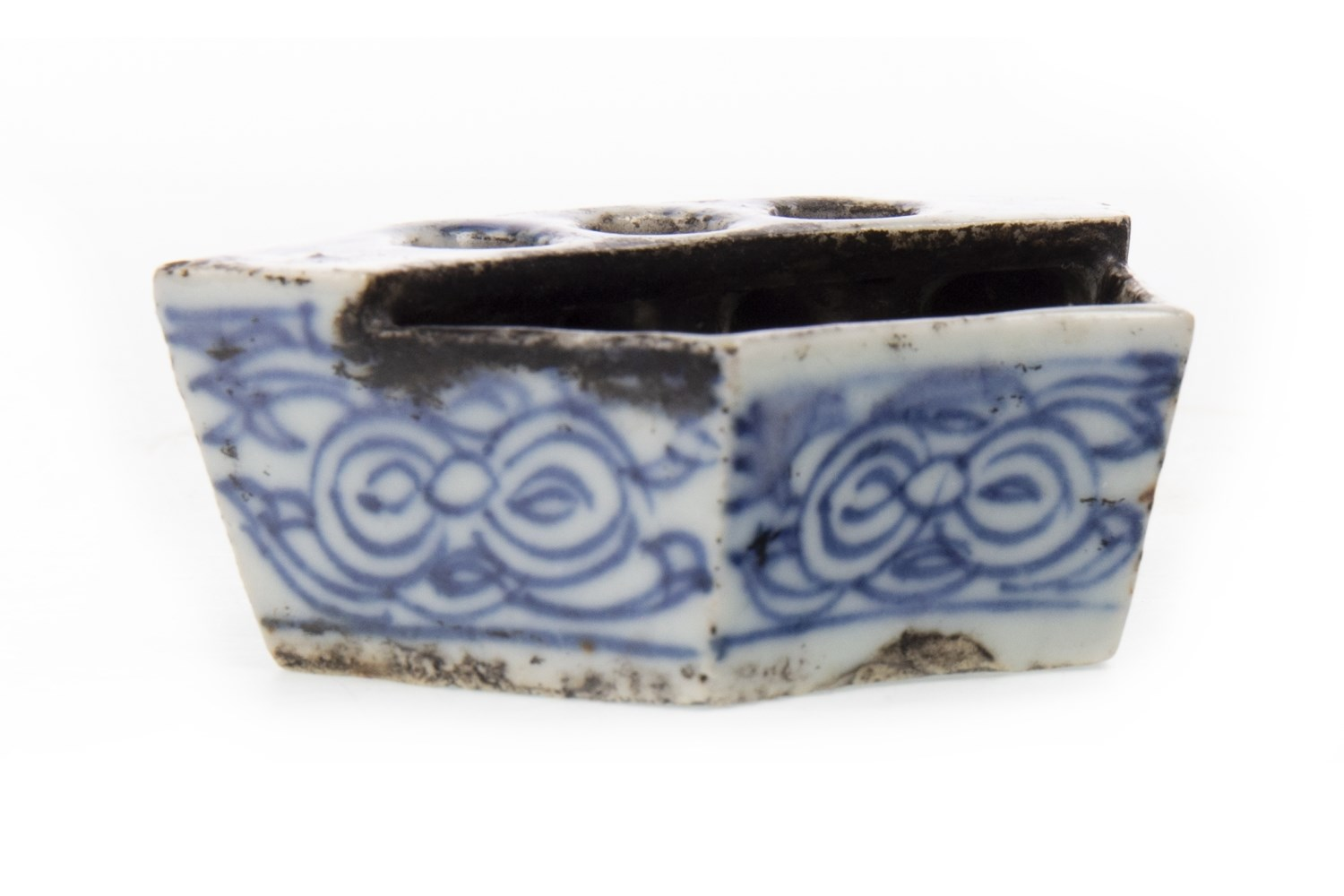 Lot 1053 - A CHINESE BLUE AND WHITE BRUSH STAND