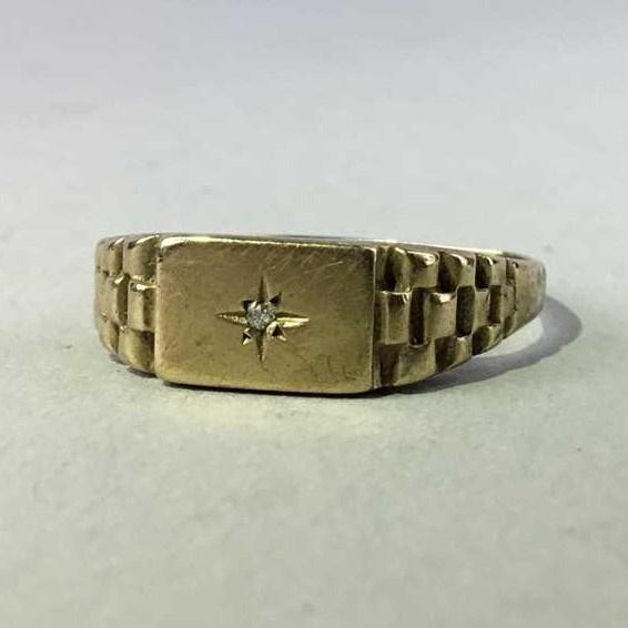 Lot 195 - A GENTLEMAN'S DIAMOND SET RING