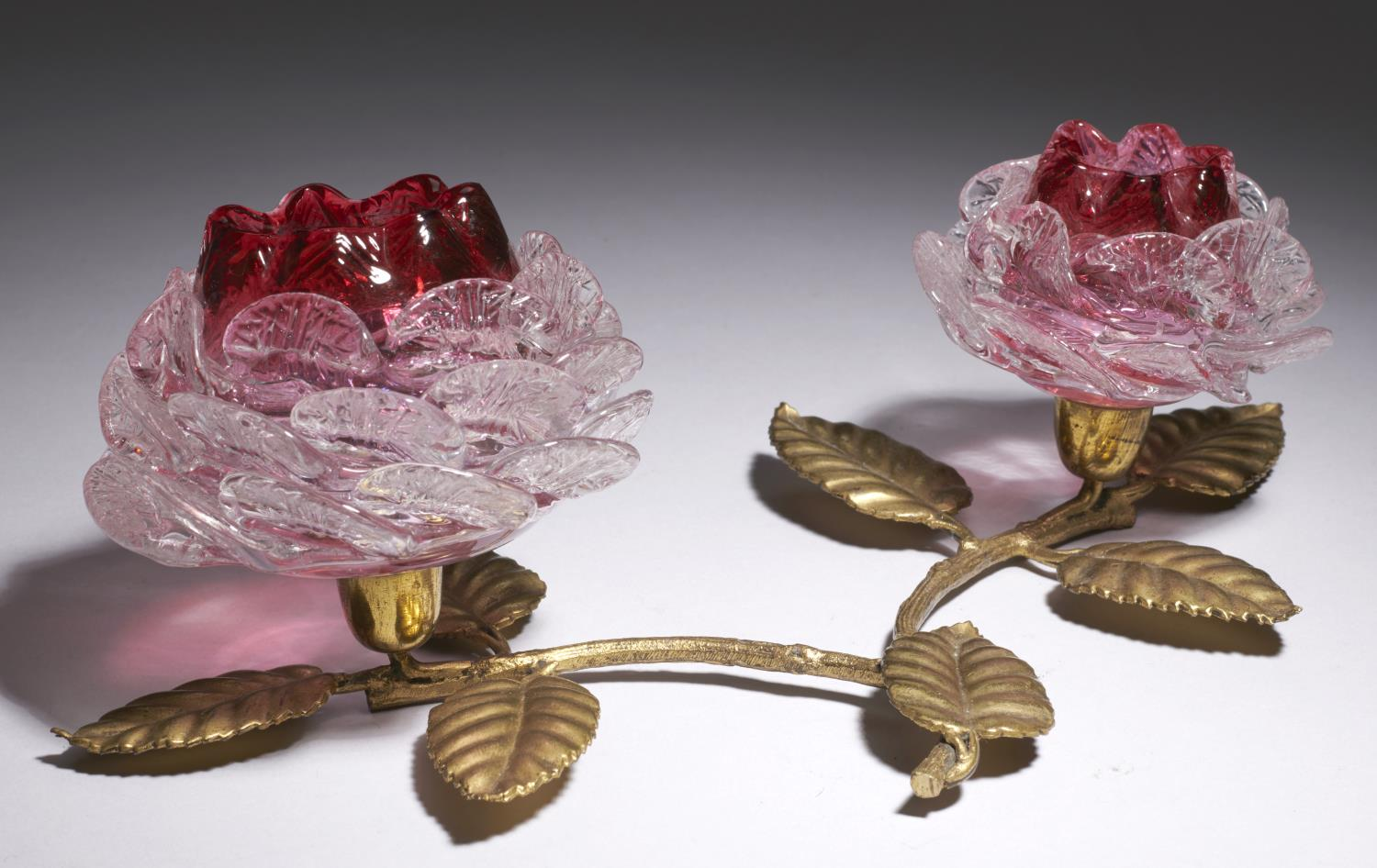 Lot 370 - A VICTORIAN CRANBERRY AND SHELL PINCERED CLEAR GLASS TWIN FLOWER TABLE ORNAMENT, PROBABLY