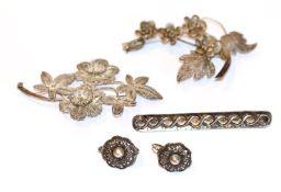 Silber Konvolut: 2 filigrane Broschen in Floraldekor, B 5,5/7 cm, Paar Ohrhänger und Nadel,