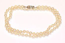 Perlenkette mit 14 k Weißgold Schließe, besetzt mit 3 Diamanten, L 58 cm