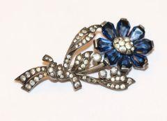 Dekorative Silber Brosche in Form einer Blume mit Glassteinen besetzt, L 5 cm
