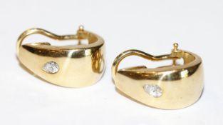 Paar 18 k Gelbgold Ohrclips mit je einem Diamant, zus. 7,8 gr.