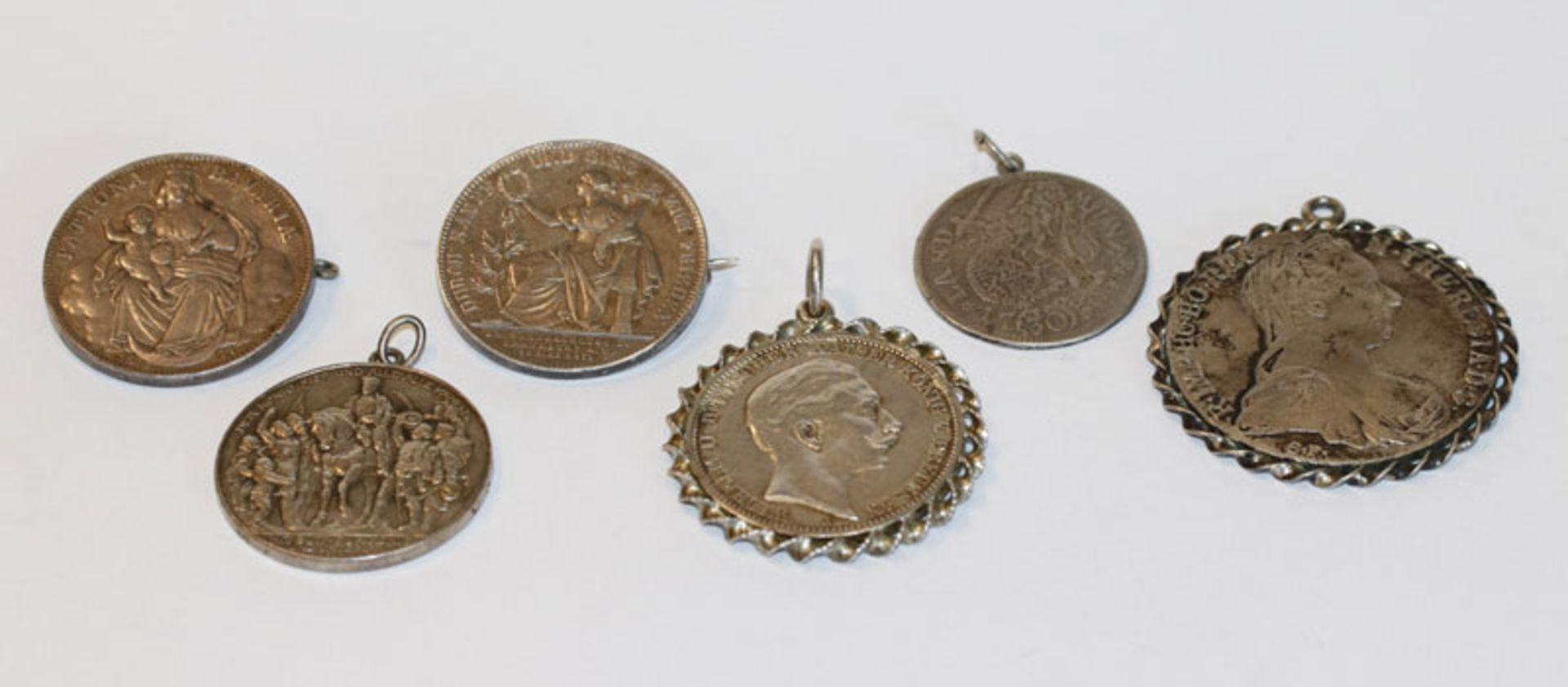 Konvolut von 4 Silber Münz-Anhängern und 2 Münzbroschen, zus. 111 gr.