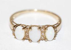 14 k Gelbgold Ring mit 3 Opalen und 10 Diamanten, Gr. 60