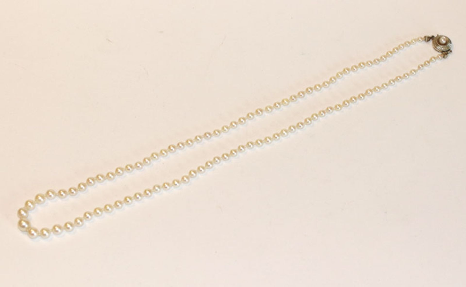 Perlenkette in Verlaufform mit 14 k Weißgoldschließe, L 53 cm